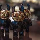 東京駅の地下に新たな商業空間「グランスタ丸の内」が誕生。 神保町いちのいち グランスタ丸の内店のOPENを記念し、 『MASKED UAMOU (Tokyo ver.)』登場!! 石留め職人のパパモウ(高木実)の手により、銅板を叩いて作られているウアモウのマスク。 更なる進化を遂げた今回の作品を、是非ご覧ください! www.uamou.com