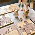 今回のコラボ展『森猫軒』では、幻と言われていた『ムーニャ』の存在が確認されました! ウアモウたちとムーニャたちの様々な表情を描いた原画作品の展示販売のほか、グッズも販売いたします! 『ムーニャ』の貴重な姿を彫り出した木製ムーニャは、STUDIO UAMOUと同様に、2k540 AKI-OKA ARTISAN内にある『NOCRA』が製造を担当。国産の木材(楢・ウォルナット)をレーザーで加工することにより、細かい部分も綺麗に表現されているだけでなく、独特の香ばしさも感じられる逸品です。 シルクスクリーンプリントの Tシャツは、160・S・M・L・XL・XXL、の6サイズ! コットントートも販売いたします! 『NOCRA』 NORTH(北の) + CRAFT(クラフト) = NOCRA(ノクラ) 北海道・旭川の自社工房で製作した、インテリア・食器・ステーショナリーなど、温もりと遊び心あふれる木製品木製雑貨の店。 『森猫軒』 2017年 6月30日(金)~7月29日(土) ※22(土)は別イベントのため 17時まで 入場無料 ギャラリィ&カフェ 山猫軒 営業日:金・土・日・祝日 / 11:00AM ~ 7:00PM 埼玉県入間郡越生町龍ヶ谷137-5 TEL 049-292-3981 yamanekoken.info 池袋駅より電車で約70分 東武東上線「坂戸駅」 乗り換え 終点「越生駅」下車 駅前発バス「黒山」行「麦原入口」下車 徒歩約20~30分 バス時間 問い合わせ先 0493-56-2001 駅前タクシーあり